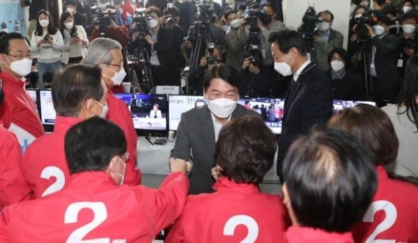 안철수 국민의당 대표가 8일 서울 여의도 중앙당사에 마련된 상황실에서 참석자들과 인사를 하고 있다. /사진=뉴스1