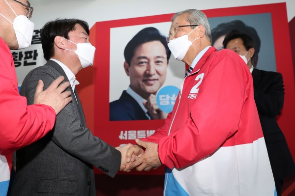 (오른쪽)김종인 국민의힘 비대위원장과 안철수 국민의당 대표/사진=뉴스1