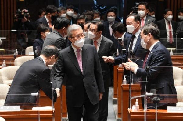 김종인 국민의힘 비상대책위원장이 지난 8일 서울 여의도 국회에서 열린 의원총회에 참석해 의원들과 인사하고 있다. /사진=뉴스1