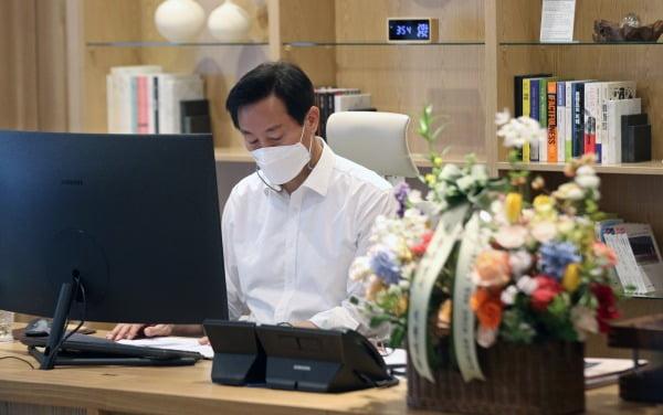 38대 서울특별시장에 당선된 오세훈 시장이 8일 오후 서울시청 집무실에서 주요현안 자료를 살펴보고 있다. 사진=뉴스1