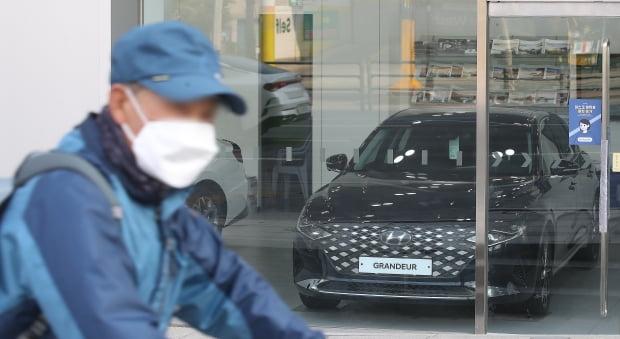 서울 시내의 한 현대자동차 대리점에 차량용 반도체 수급 차질로 생산이 일시 중단된 현대차 그랜저가 진열되어 있다. 사진=뉴스1