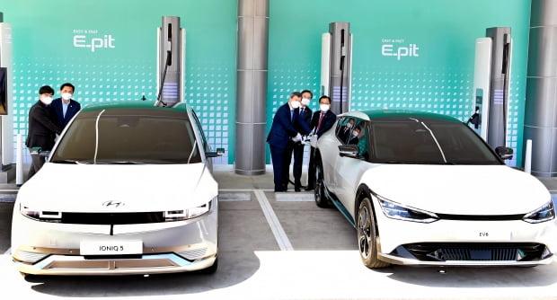 현대차 아이오닉5와 기아 EV6가 초고속 충전기로 충전하고 있다. 사진=뉴스1