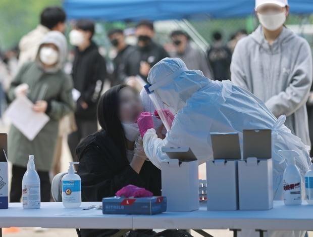 지난 15일 울산 남구 한 중학교 운동장에 마련된 임시 선별진료소에서 2학년 전교생을 대상으로 신종 코로나바이러스 감염증(코로나19) 전수검사가 실시되고 있다./ 사진=뉴스1