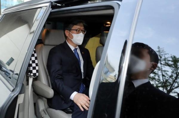 변창흠 전 국토교통부 장관이 지난 16일 정부세종청사 국토부에서 이임식을 마친 뒤 청사를 떠나고 있다. /사진=뉴스1
