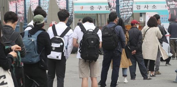 22일 오전 서울 중구 서울역 광장에 마련된 임시 선별검사소에서 시민들이 검사를 받기 위해 기다리고 있다. /사진=뉴스1