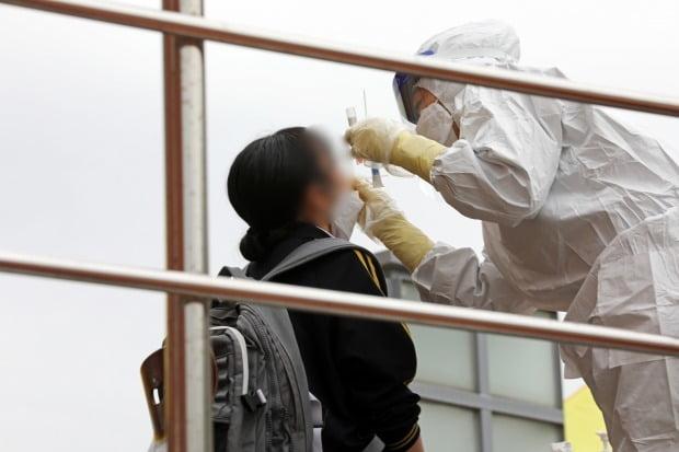 22일 오후 광주 북구의 한 여자고등학교에서 의료진들이 학생과 교직원 등의 검체를 채취하고 있다. /사진=뉴스1