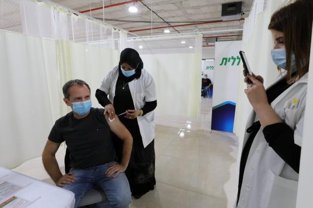 이스라엘 코로나19 백신 접종./ 사진=로이터