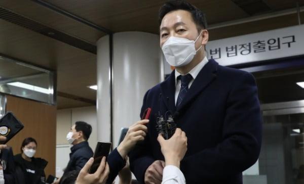 정봉주 전 의원이 지난 1월 서울중앙지법에서 '성추행 의혹 보도 반박' 무고 혐의 무죄를 선고받은 후 기자들의 질문에 답하고 있다. /사진=연합뉴스