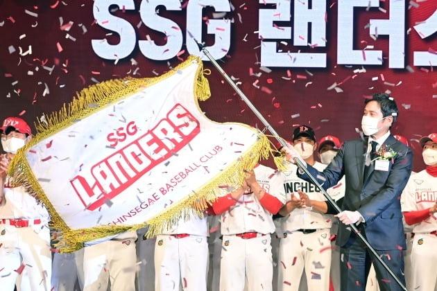 정용진 신세계그룹 부회장(SSG랜더스 구단주)이 서울 웨스틴조선호텔 그랜드볼룸에서 열린 'SSG 랜더스' 창단식에서 구단기를 흔들고 있다.  사진=한경 DB