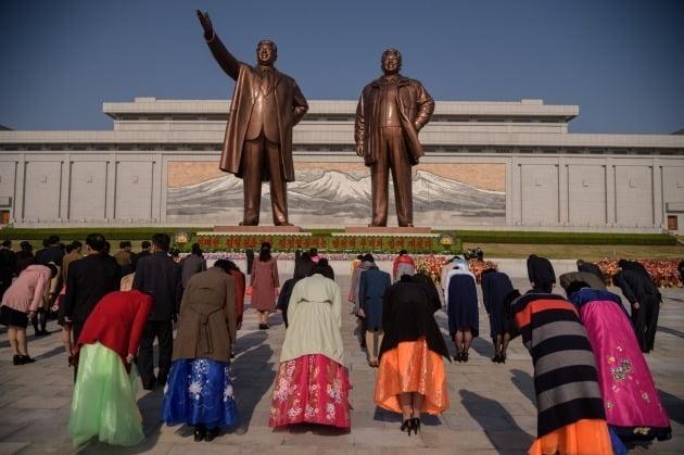 북한 주민들이 지난달 15일 이른바 '태양절(김일성의 생일)'을 맞아 평양 만수대에서 김일성과 김정일 동상에 참배하고 있는 모습./ 연합뉴스