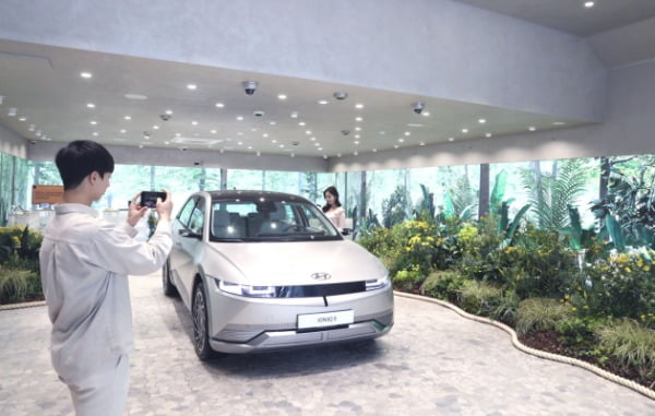 LG유플러스는 현대자동차와 함께 강남역 인근 복합문화공간 '일상비일상의틈(이하 틈)'에서 5월 26일까지 친환경 전기차 '아이오닉 5' 팝업 전시를 진행한다고 3일 밝혔다. 사진은 고객이 일상비일상의틈에서 아이오닉 5를 체험하고 있는 모습/사진제공=LG유플러스