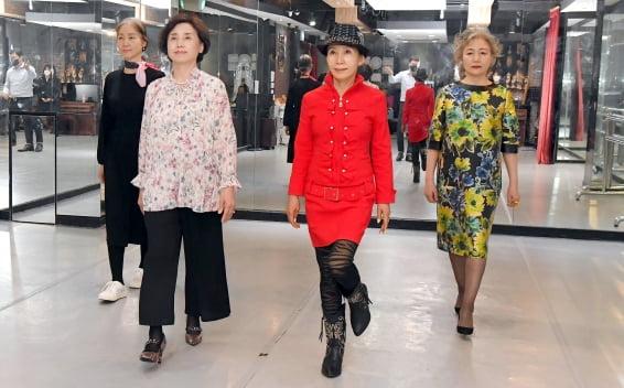 """""""런웨이 걸으며 카타르시스""""…시니어 모델들의 제 2의 인생"""