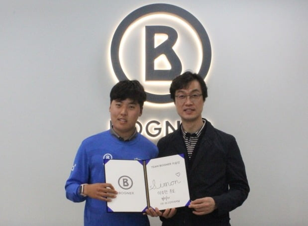이승민 선수(왼쪽)와 권성호 보그인터내셔널 부사장이 4일 후원계약을 맺고 기념촬영을 하고 있다. 보그인터내셔널 제공
