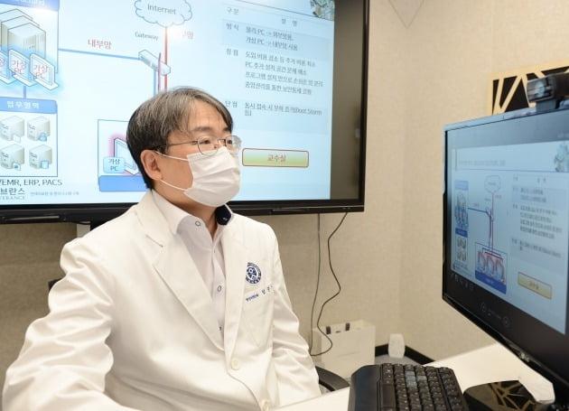 임준석 연세의료원 의료정보실장이 내부 AI망을 검토하고 있다