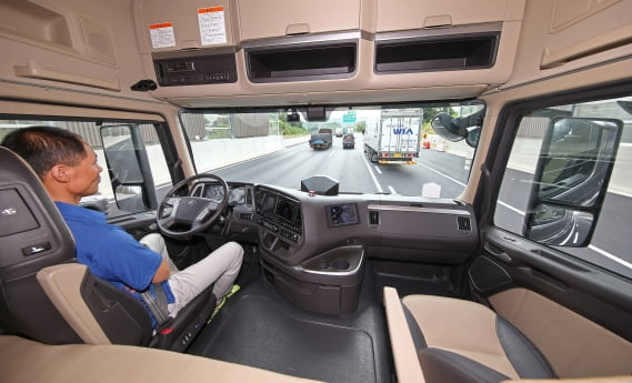 현대자동차는 지난 2018년 8월 21일 운송용 대형 트레일 러 자율주행차량으로 의왕-인천 간 약 40km 구간 고속도로 자율주행에 성공했다. / 현대자동차 제공]
