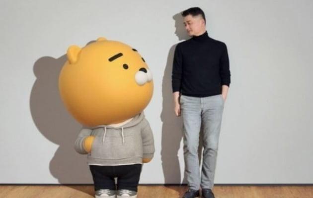 라이언과 김범수 카카오 이사회 의장 [사진=카카오 제공]