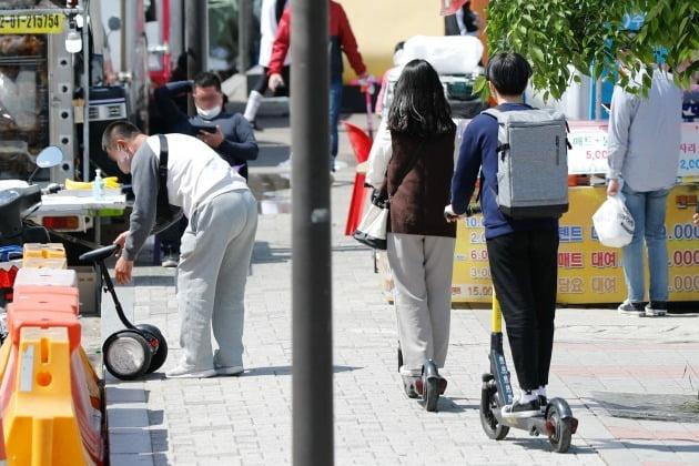 지난 2일 오후 서울 여의도 한강공원에서 시민들이 킥보드를 타고 있다. 뉴스1
