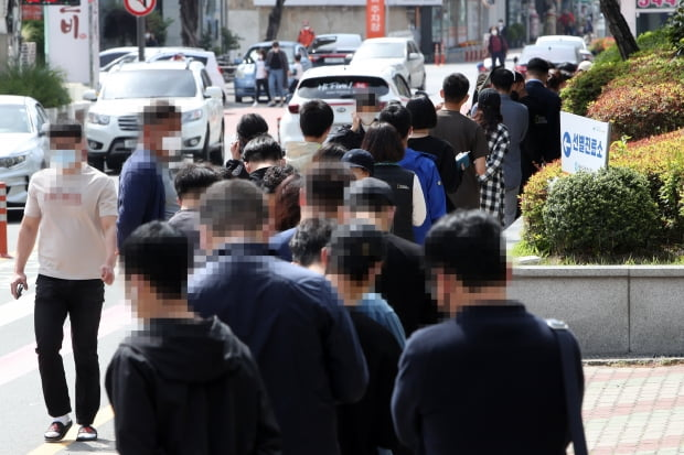 6일 오전 광주 광산구청 주변에서 신종 코로나바이러스 감염증(코로나19) 검사 순서를 기다리는 시민이 줄 서 있다. 사진=연합뉴스