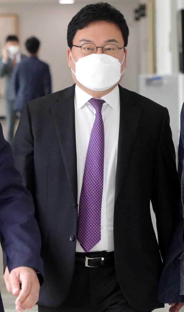 이스타항공 관련 횡령·배임 혐의로 구속영장이 청구된 무소속 이상직 국회의원(전주을)이 4월 27일 영장실질심사(구속전 피의자 심문)를 위해 전주지법에 들어서고 있다. 사진=뉴스1