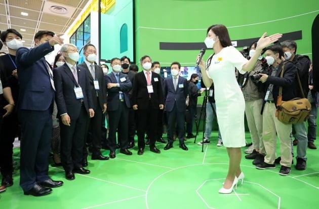 최기영 과학기술정보통신부 장관이 21일 오후 서울 강남구 코엑스에서 열린 '월드IT쇼 2021'에 참석해 SKT부스에서 점프스튜디오를 살펴보고 있다. 과학기술정보통신부 주최로 '5G날개를 달고 디지컬 뉴딜을 펼치다'를 슬로건으로 열리는 이번 행사는 23일까지 계속된다. 2021.4.21/뉴스1