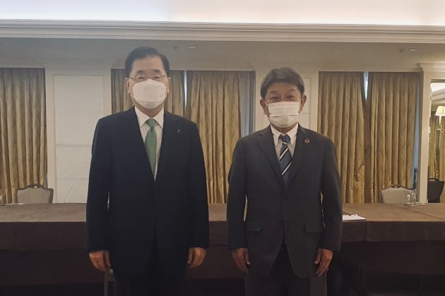 정의용 외교부 장관(왼쪽)과 모테기 도시미쓰 일본 외무상이 5일 영국 런던에서 열린 한일 외교장관 회담에서 기념촬영을 하고 있다./ 외교부 제공