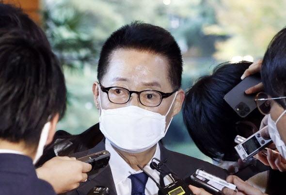 박지원 국가정보원장이 지난해 11월 일본 총리관저에서 스가 요시히데 일본 총리를 면담한 후 취재진에게 면담 결과를 설명하고 있다./ 연합뉴스