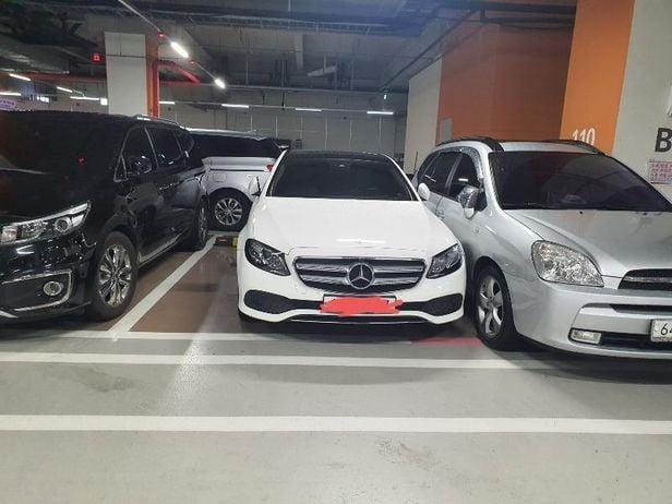 차량 2대를 주차할 수 있는 공간에 벤츠를 엉망으로 주차한 운전자에게 '보복주차' 했다고 밝힌 한 네티즌이 글 작성 일주일 만에 사과글을 올렸다. [사진=보배드림 캡처]