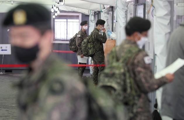 지난 3월 서울역 임시선별진료소에서 휴가를 나온 군 장병들이 코로나19 검사를 받고 있다./ 뉴스1
