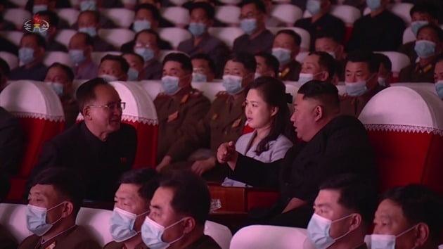 김정은 북한 국무위원장이 부인 리설주와 함께 지난 5일 군인가족 예술소조 공연을 관람한 모습./ 연합뉴스