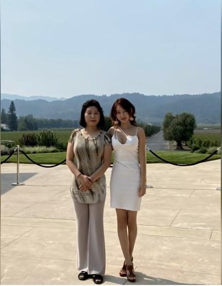 박연미의 어머니 변금주(왼쪽)씨와 박연미. 1994년 김일성이 사망한 이유를 두고 이웃과 대화하다 고발당해 죽을 위기에 처했다고 한다. 유튜브 캡처
