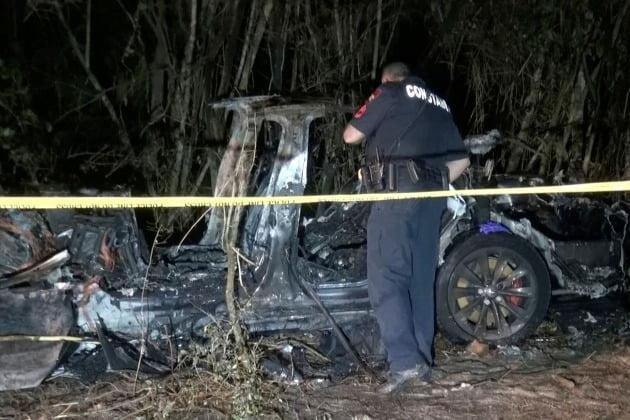 지난달 17일 밤 미국 텍사스주의 한 도로에서 테슬라 차량이 나무와 정면 충돌해 탑승자 두 명이 즉사했다. 자율주행 기능을 켜놓은 것으로 알려지면서 커다란 논란이 됐다. 월스트리트저널 제공