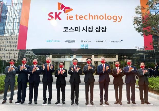 11일 오전 서울 여의도 한국거래소에서 열린 SK아이이테크놀로지(SKIET) 상장기념식에서 참석자들이 기념촬영하고 있다. /사진=한국거래소