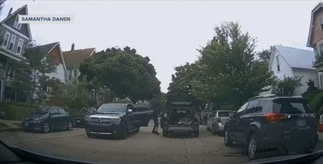 미국 밀워키시에서 한 남자가 차에서 내려 맞은편에 정차 중인 차에 올라타고 있다. 차에 올라탄 남성은 바로 달아났다.  TMJ4뉴스 유튜브채널 제공