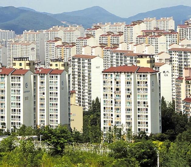 공동주택 공시가격이 급등하면서 재산세 감면 대상(공시가 6억원 이하)에서 제외되는 서울·경기 지역 주택이 늘어나고 있다. 사진은 경기 용인 수지 아파트 단지 전경.  연합뉴스