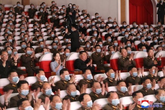 북한 조선중앙통신이 6일 보도한 김정은 북한 국무위원장과 부인 리설주가 전날 군인가족예술소조 공연을 관람하고 있는 모습. 관람객 대부분이 마스크를 착용한 가운데 조용원 노동당 비서(가운데 맨 왼쪽)와 리설주, 김정은, 리병철 당 중앙군사위 부위원장, 박정천 군 총참모장 등 당ㆍ군 핵심 인사는 마스크를 쓰고 있지 않다. / 연합뉴스