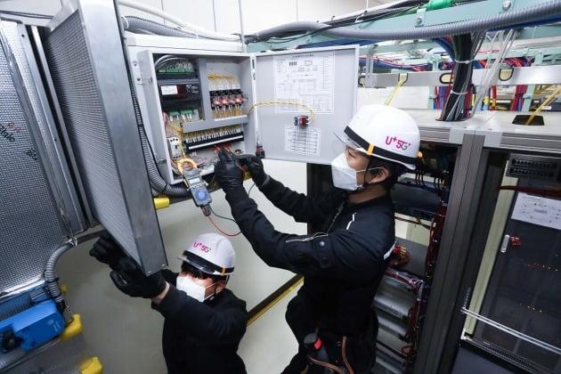 LG유플러스가 ESG(환경·사회·지배구조) 경영 강화의 일환으로, 100여 개 통신국사에 원격으로 에너지원을 점검할 수 있는 모니터링 시스템을 연내 구축할 계획이라고 7일 밝혔다. 사진은 마곡국사에 구축된 외기냉방 시스템을 점검하는 모습. 2021.4.7 [사진=LG유플러스 제공]