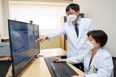융합의학기술원 의료 빅데이터팀이 진료기록지를 심사하고 있다