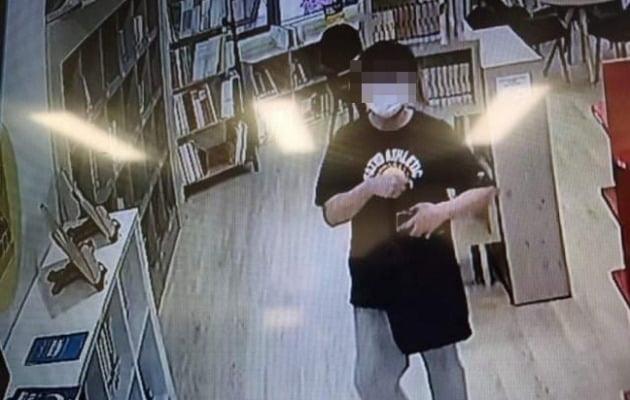 천안의 한 아파트 단지 내 도서관에서 음란행위를 하는 모습이 포착된 남성. /사진='천안에서 전해드립니다' 페이스북 캡쳐