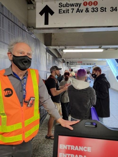 12일(현지시간) 미국 뉴욕 맨해튼의 펜스테이션 지하철역에서 행인들을 대상으로 백신 접종을 권유하던 크리스 배스천 씨가 접종 절차에 대해 설명하고 있다. 뉴욕=조재길 특파원