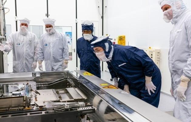 이재용(오른쪽에서 두번째) 삼성전자 부회장이 지난해 10월 네덜란드 에인트호번에 위치한 ASML 본사를 찾아 EUV 장비를 살펴보는 모습. 삼성전자 제공