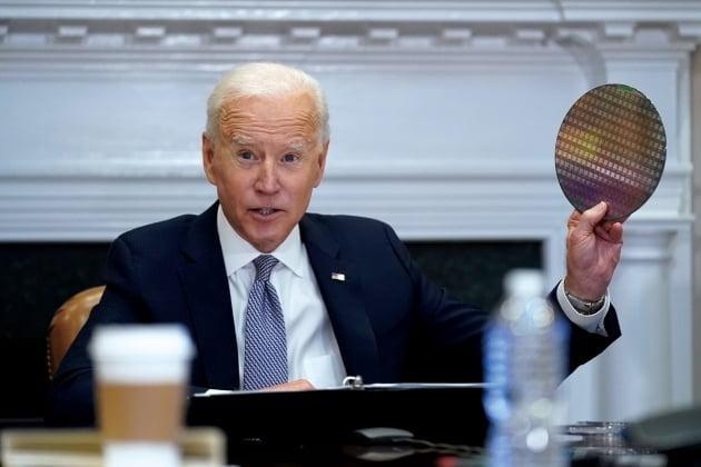 조 바이든 미국 대통령이 지난달 12일(현지시간) 삼성전자 등 19개 기업이 참석한 백악관 반도체 화상회의에서 웨이퍼를 들어 보이고 있다. 사진=AP