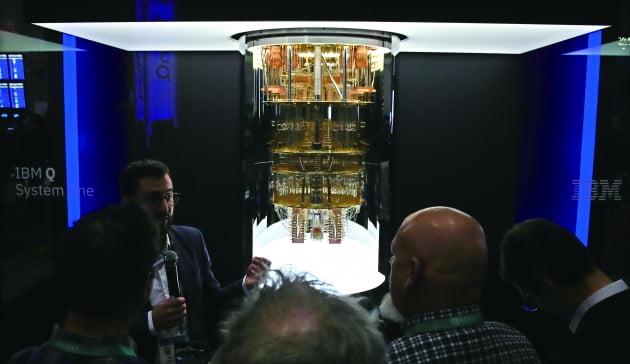슈퍼컴퓨터를 넘어, 이제는 양자컴퓨터. 지난해 열린 세계 최대 전자제품 전시회인 'CES(Consumer Electronics Show) 2020'의 IBM 부스에서 통합형 양자컴퓨터 'IBM Q시스템원'을 선보이고 있다.