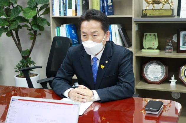 고영인 더불어민주당 의원이 14일 서울 여의도 국회의원회관에서 한국경제신문과 인터뷰 하고 있다. 고영인 의원실 제공