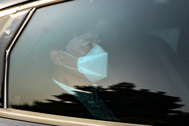 지난 13일 서울중앙지검으로 출근하는 이성윤 지검장. 이 지검장은 지난 12일 재판에 넘겨져 피고인 신분이 됐다. 연합뉴스