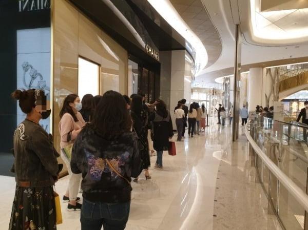14일 오전 서울 잠실에 있는 한 백화점 앞에서 샤넬 매장 입장을 기다리는 고객들이 긴 줄을 선 채 개장을 기다리고 있다. /안혜원 기자