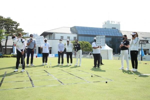 13일 공식연습일에 열린 '알까기 챌린지'에서 박민지가 퍼팅하고 있다. NH투자증권 제공