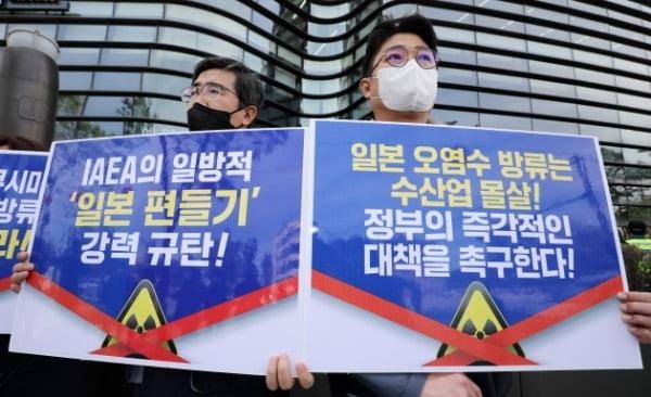 한국노총과 수산업 종사자들이 지난 11일 서울 중학동 주한 일본대사관 앞에서 일본의 후쿠시마 오염수 방류 결정을 규탄하는 기자회견을 하고 있다./ 뉴스1