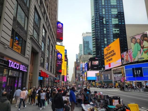 미국 뉴욕 맨해튼 타임스퀘어 인근 거리가 다시 사람들로 북적이고 있다. 뉴욕=조재길 특파원