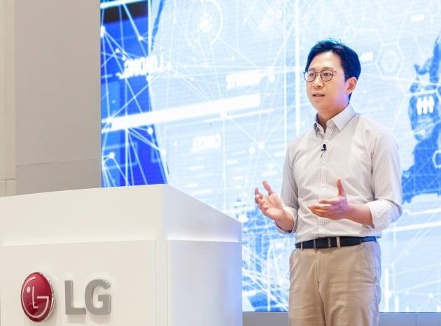 배경훈 LG AI연구원장이 17일 비대면 방식으로 진행된 AI토크콘서트에서 '초거대 AI' 투자 계획을 발표하고 있다. LG 제공.