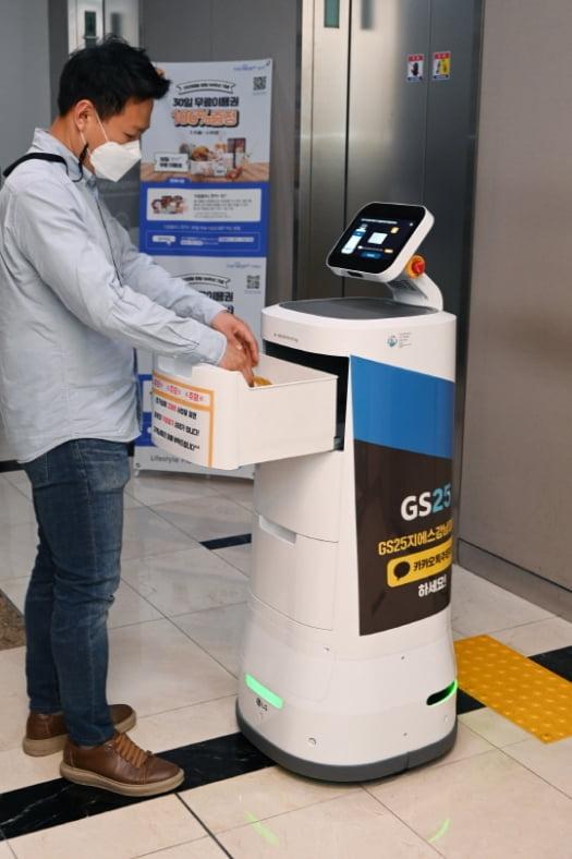 LG전자가 GS리테일과 함께 실내 로봇 배달 서비스를 확대한다고 5월 4일 밝혔다. 사진은 서울 강남구 역삼동에 위치한 GS타워에서 고객에게 편의점 주문 물건을 전달하는 'LG 클로이 서브봇(LG CLOi ServeBot)'.